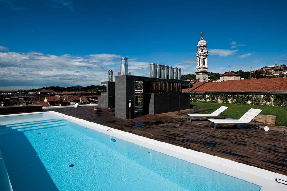 Arredamento attico con piscina